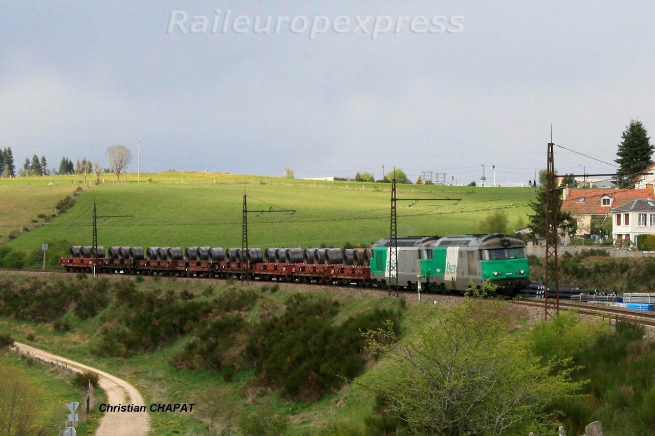 UM de BB 67400 en tête d'un train de coïls à  St Chély d'Apcher