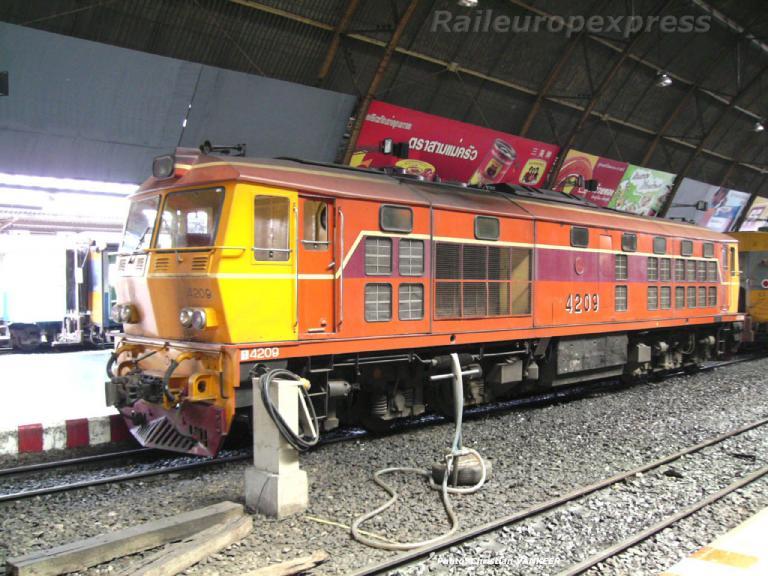 4209 Mitsubishi en gare de Bangkok
