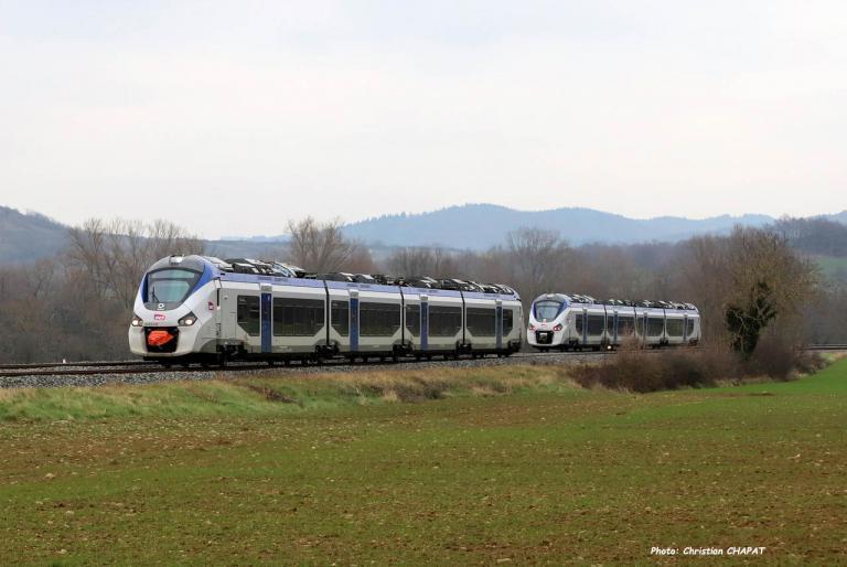Croisement de Régiolis SNCF près du Breuil sur Couze (F-43)