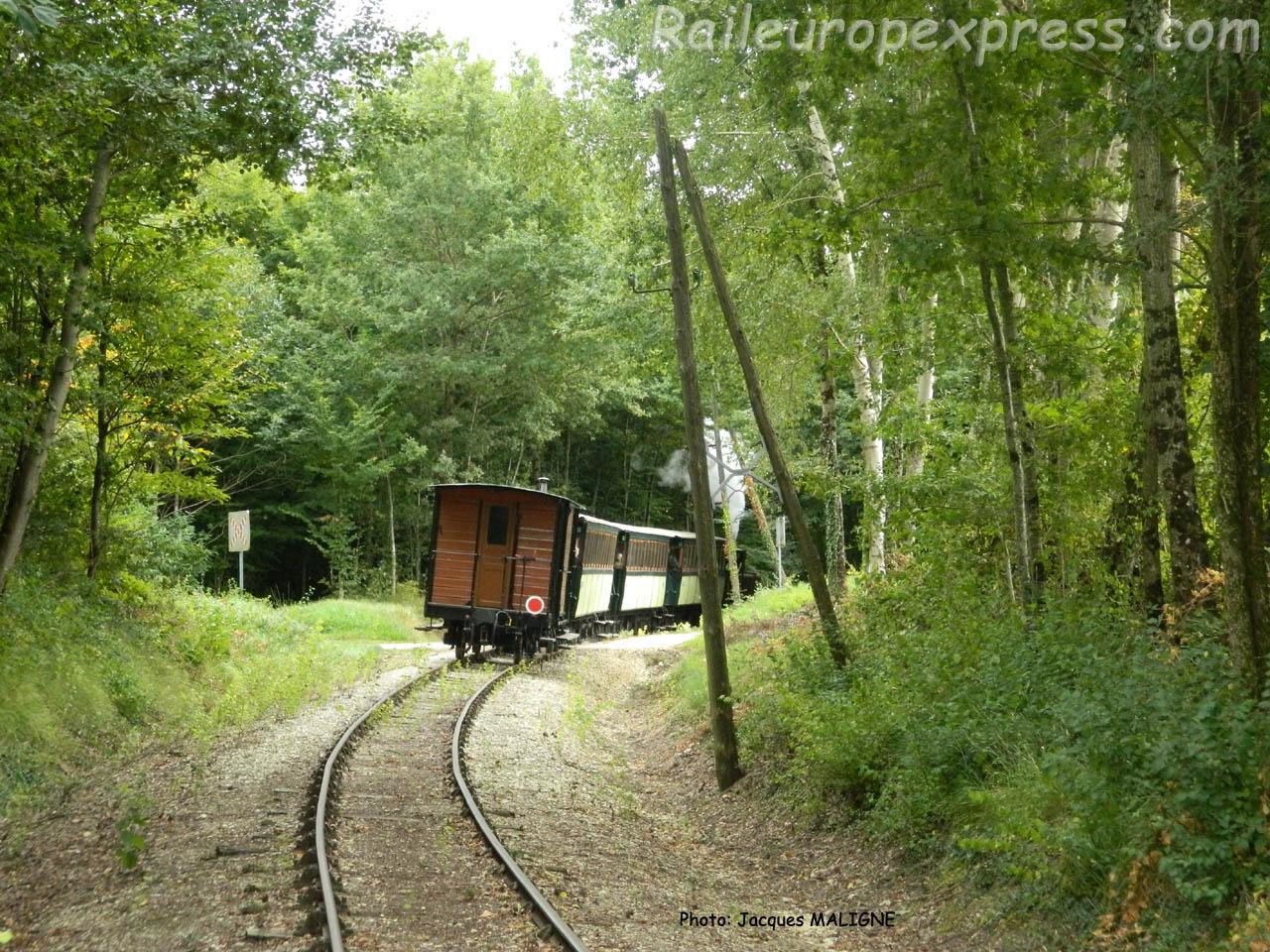 Le Train du Bas-Berry entre Ecueillé et Heugues (F-36)