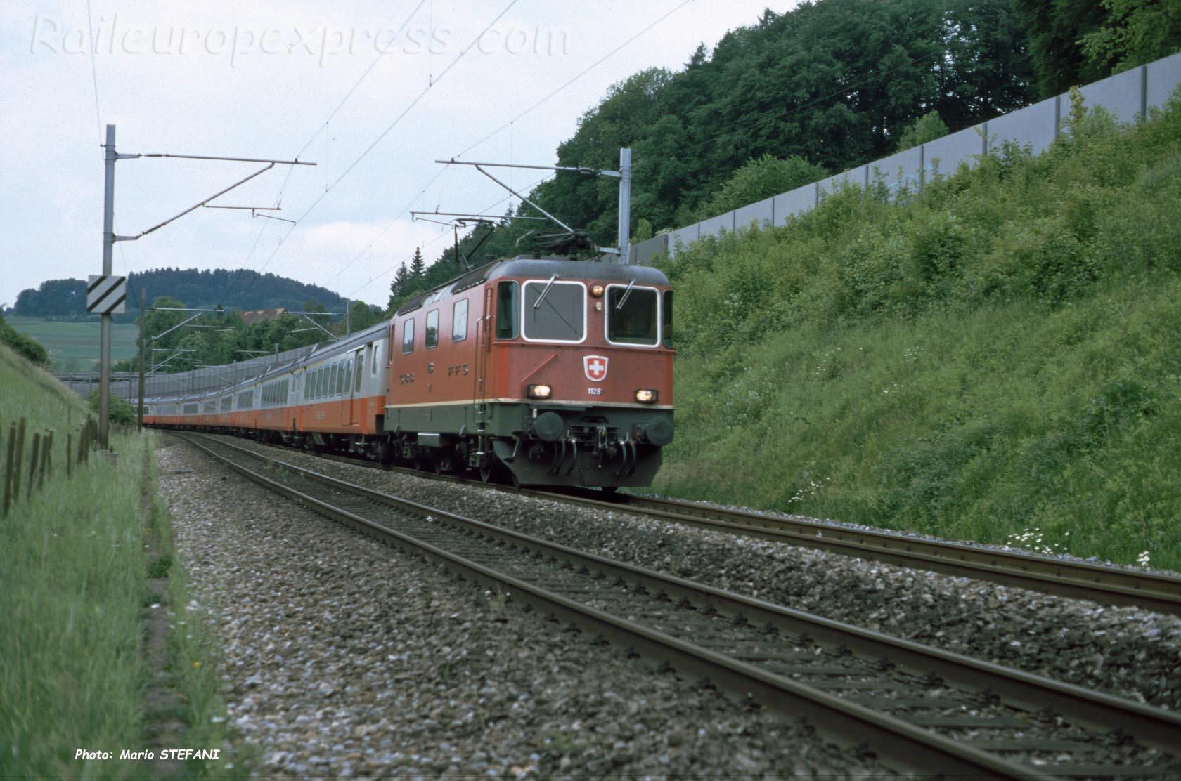 Re 4/4 II CFF à Thörishaus (CH)