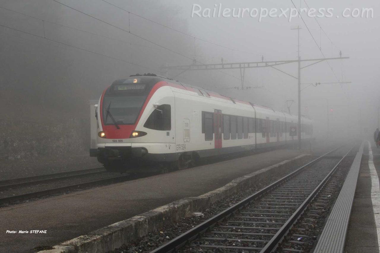 RABe 524 005 CFF à Chambrelien (CH)