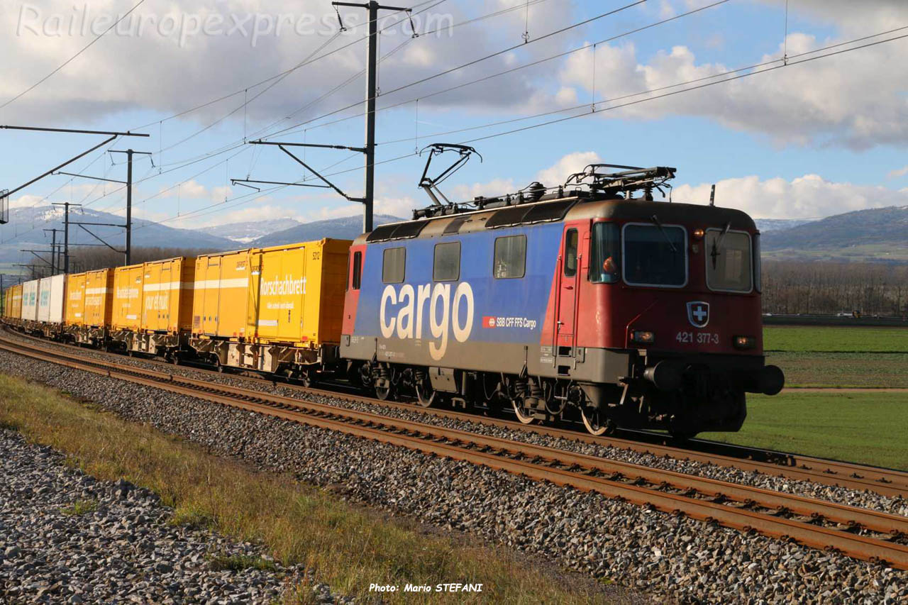 Re 421 377-3 CFF à Ependes (CH)