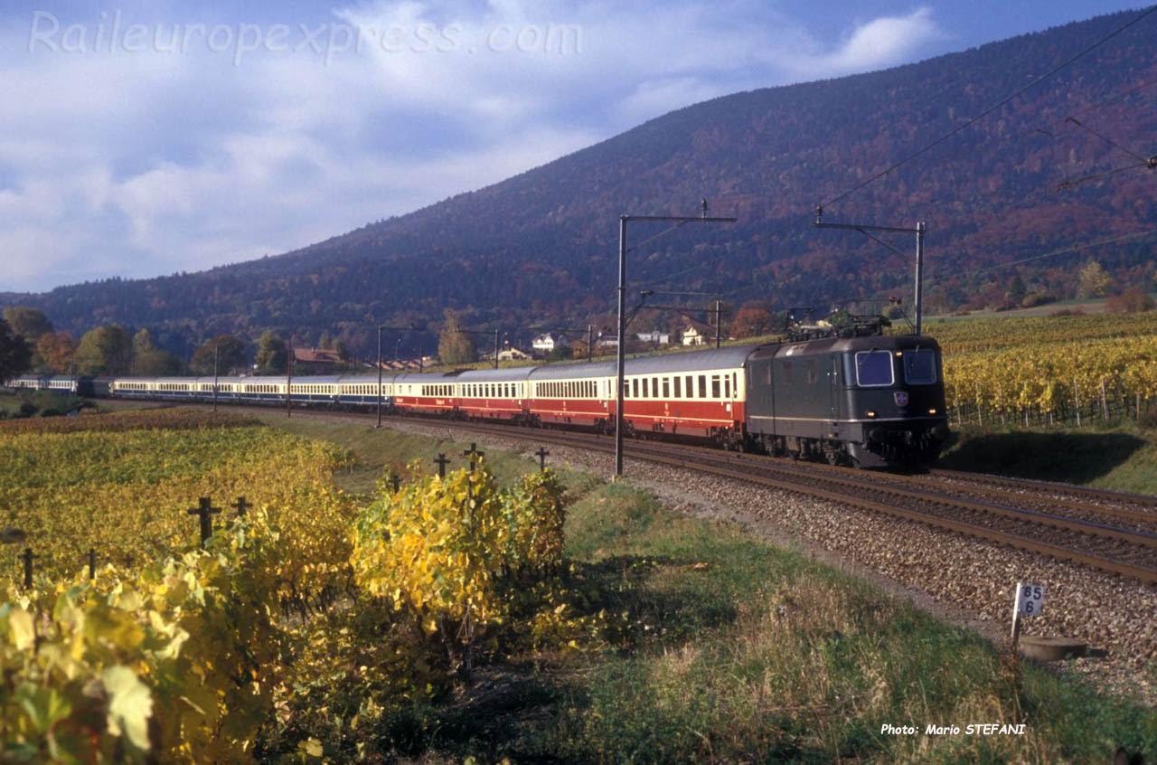 Re 4/4 II CFF en tête de l'EC Mont Blanc à Boudry (CH) 1989