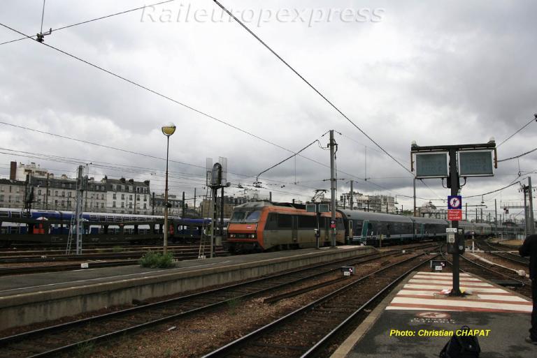 Une BB 26000 en tête d'un Rome-Paris à Paris-Bercy