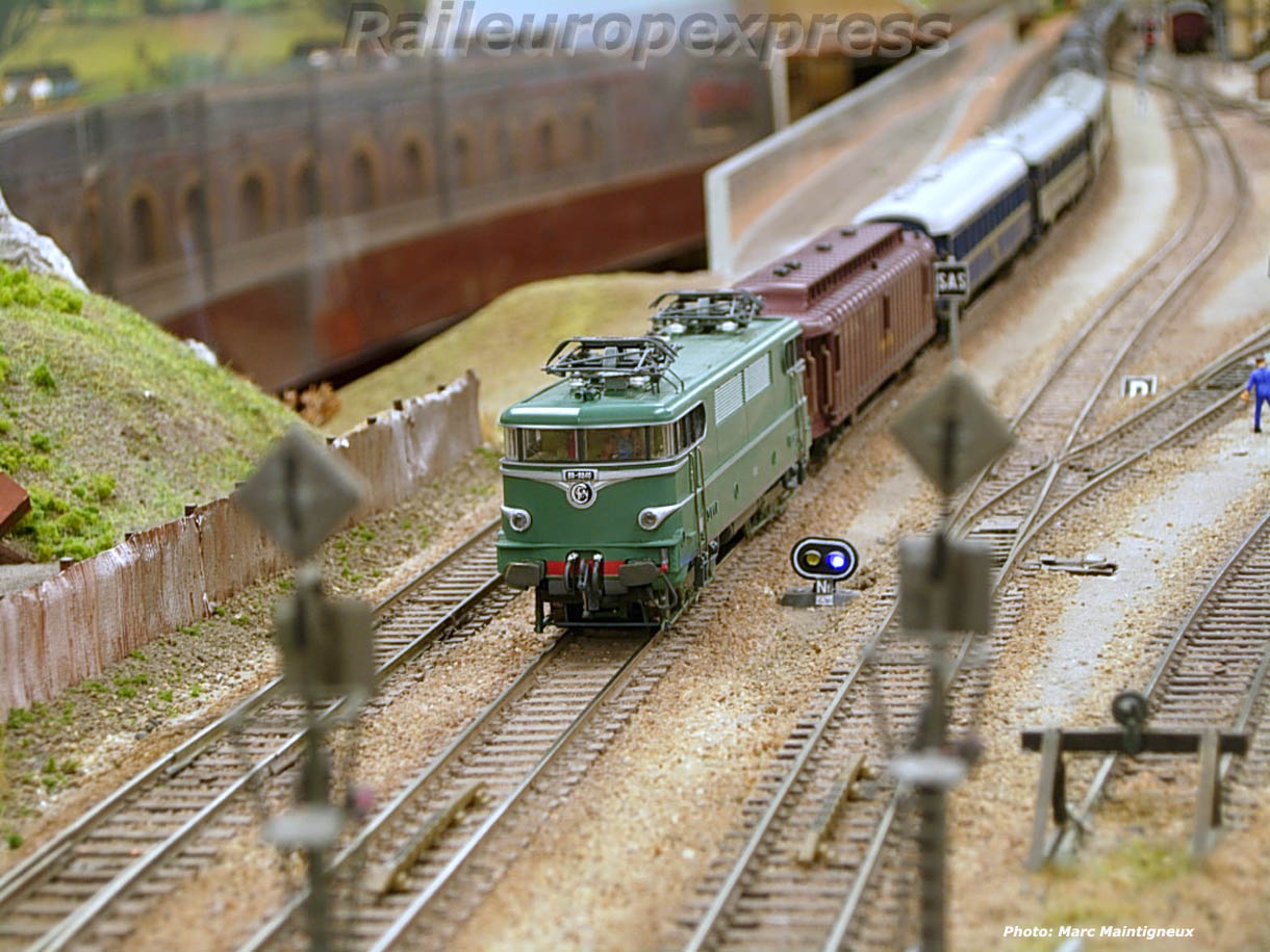 Une BB 9200 en tête d'un train de nuit sur le réseau de La Varenne