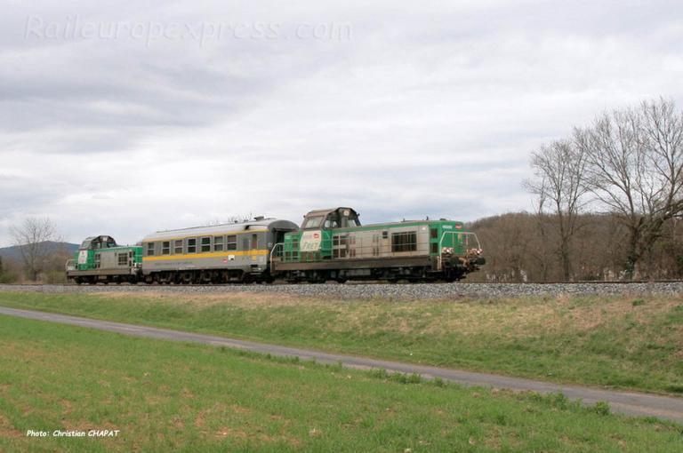 Voiture Mauzin encadrée par 2 BB 69000 SNCF (F-43)
